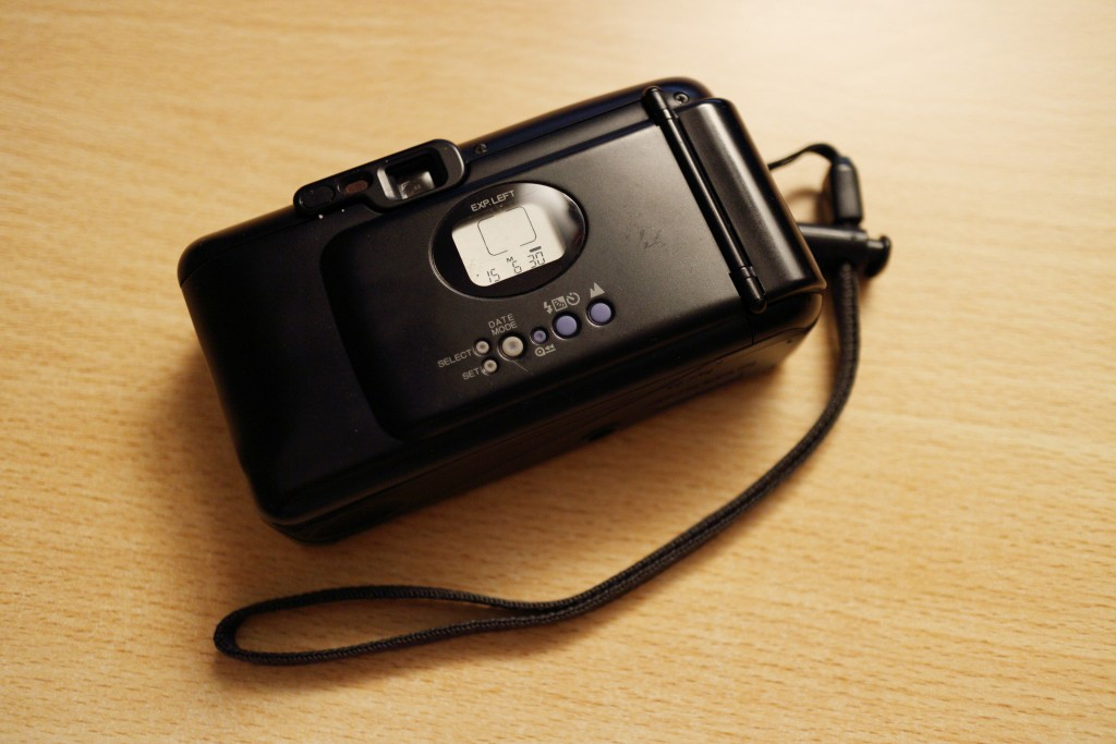 Date displayed on the back. Other information is displayed as well. Number of frames left, infinity focus and flash mode. Film is not loaded so it does not show the number of exposures left and film load/rewind indicator.