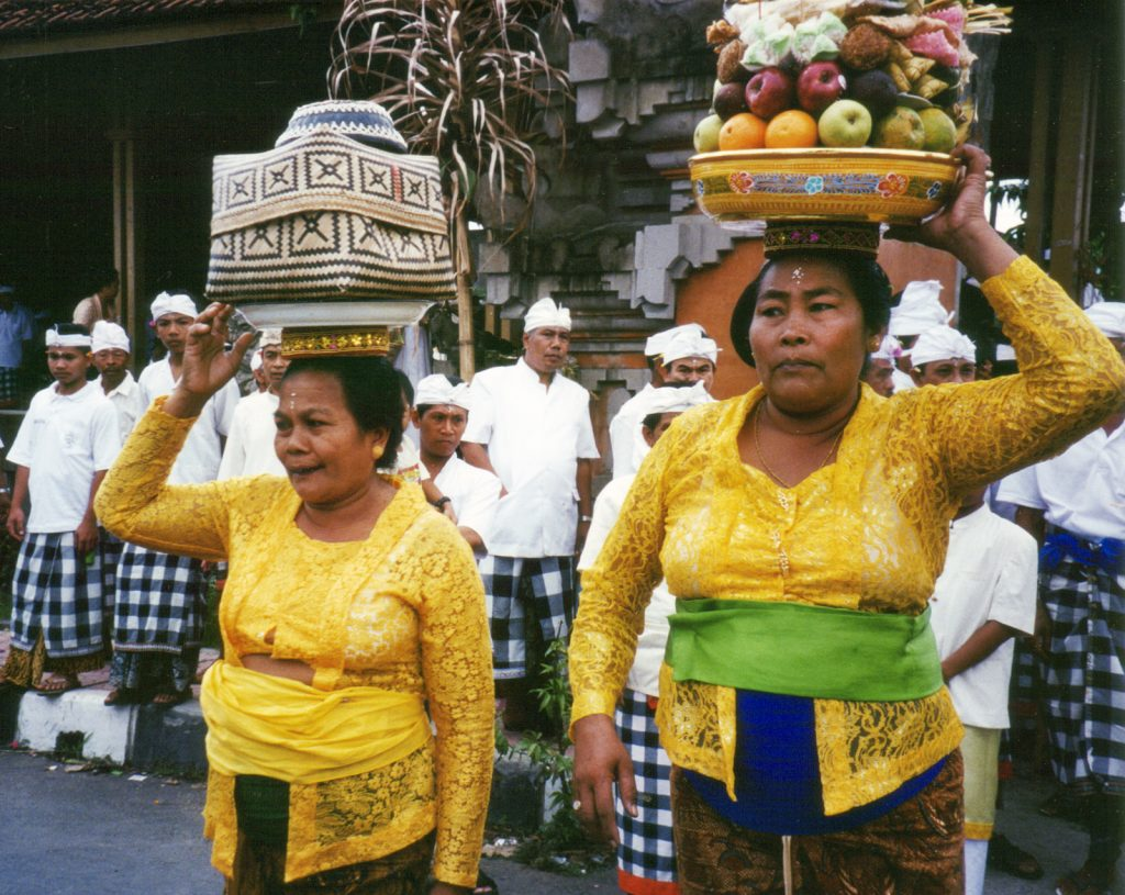 Women in Bali photographed with Pentax Espio 115M