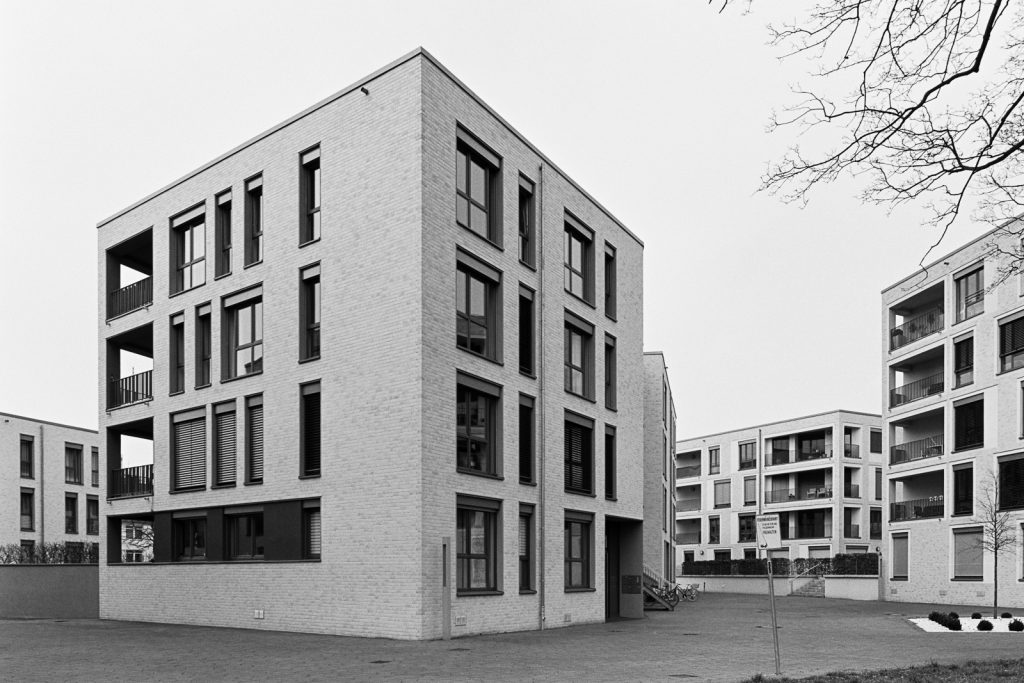 Black-and-white image of modern townhouses located at the Zoo quarter in Hannover, Germany.