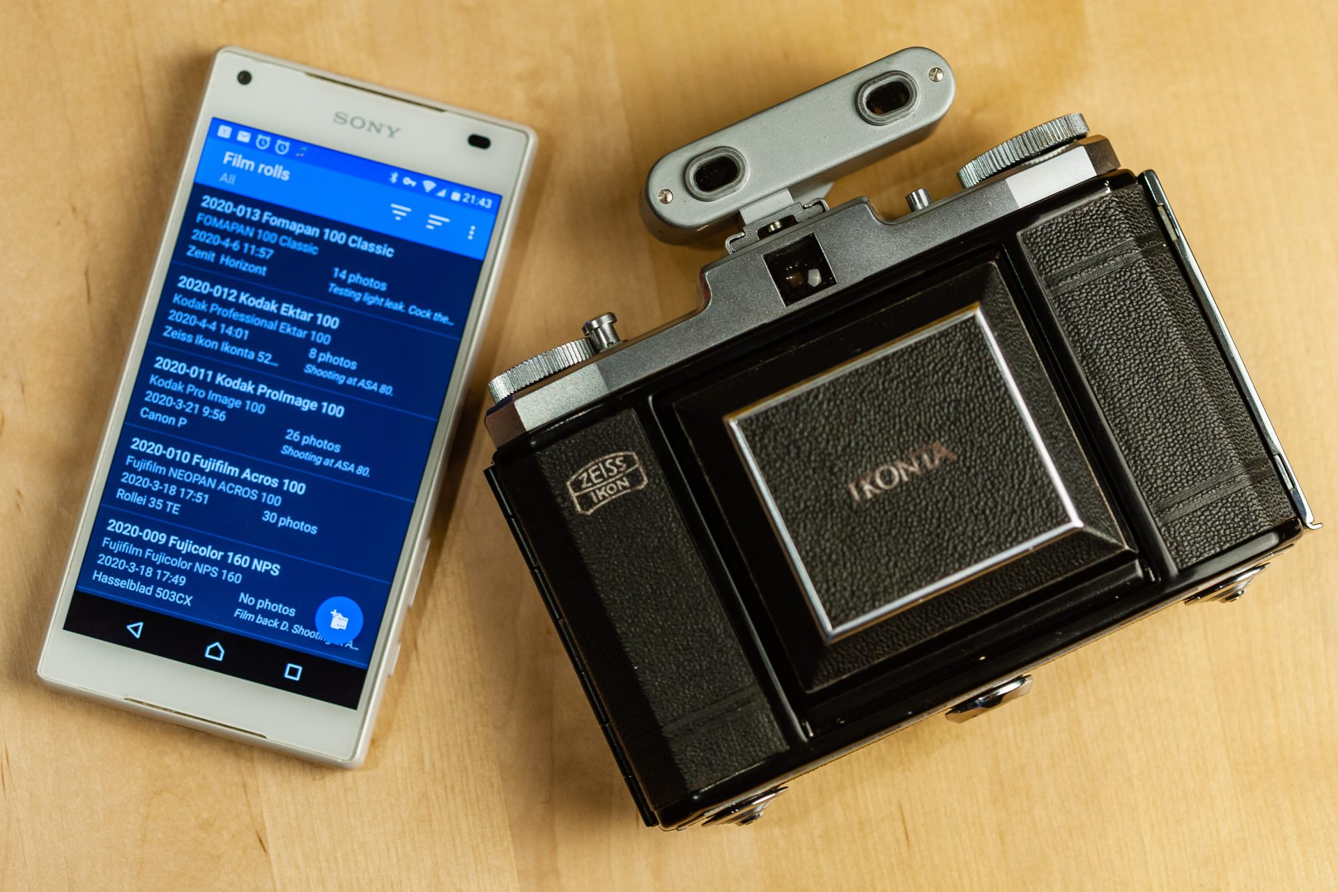 Exif Notes app on a smartphone together with an analog camera.