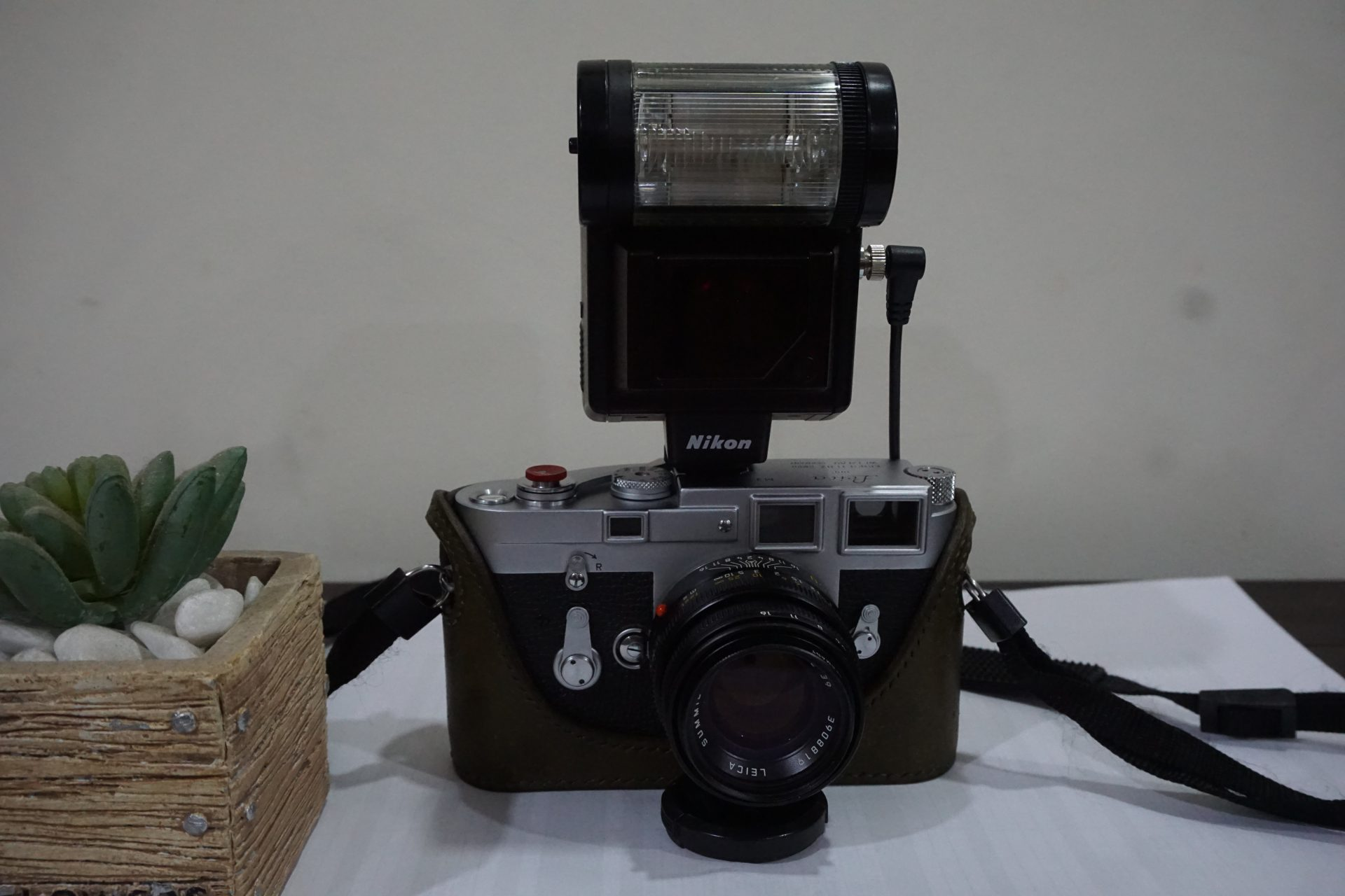 You can see the full set of the camera, cable and flash.